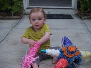 Z onderzoekt piñata zorgvuldig