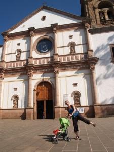 V doet ochtendgymnastiek voor lokaal kerkje in Patzcuaro