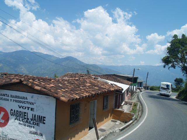 Bus slingert vrolijk door Colombiaanse landschap